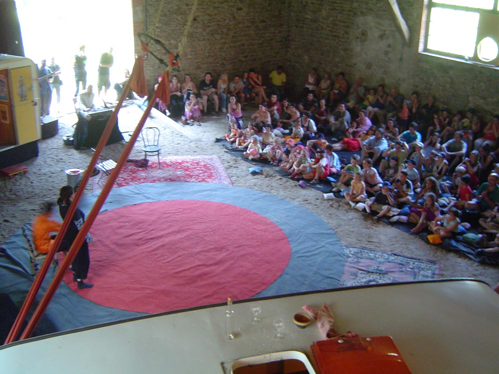 eau-a-la-bouche-salle-rouge-hostellerie-pontempeyrat-2005